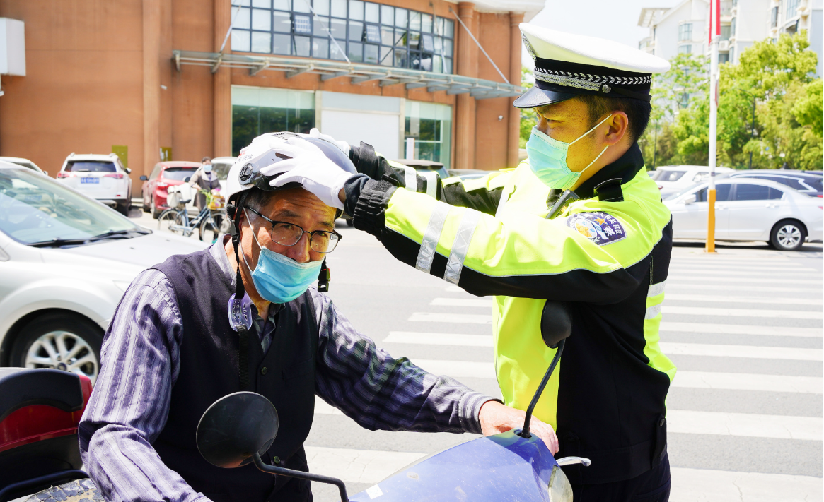 """南京市公安局浦口分局交警大队在辖区开展""""赠头盔 送平安""""交通安全宣讲活动"""
